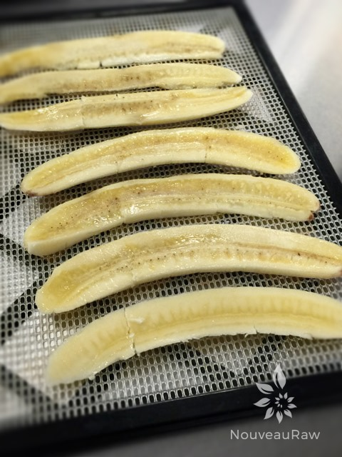 dehydrating-bananas-long-slices