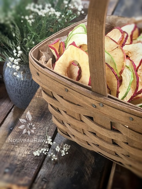 Dehydrated-apples-in-a-basket