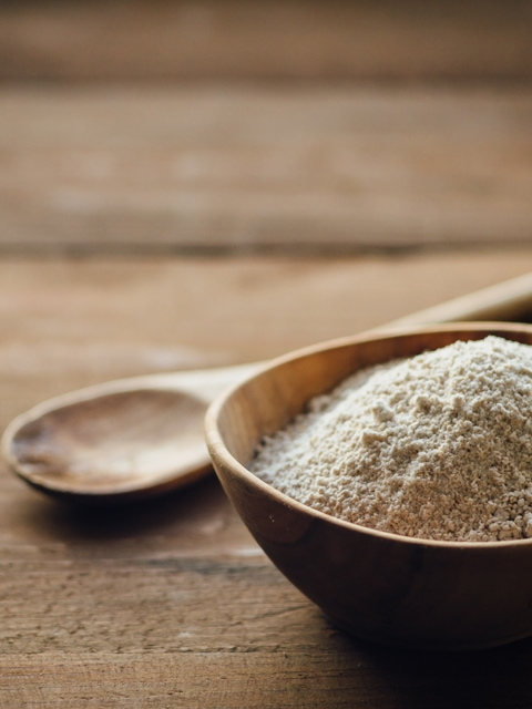 oat-flour-on-wooden-table-ff