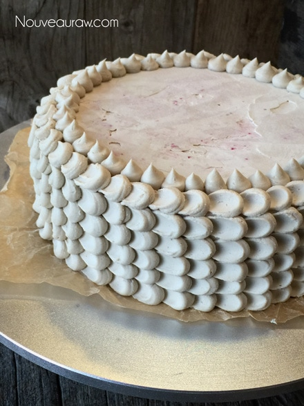 create petals of the top the cake