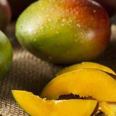 sliced-mango-on-table