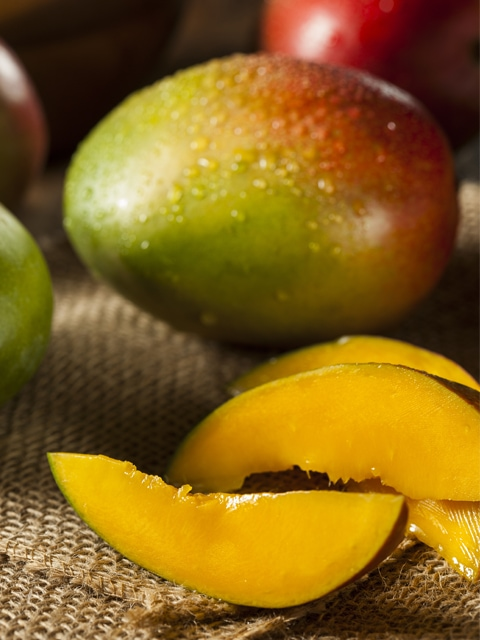 sliced-mango-on-table