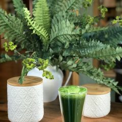 Apple-Spinach-Juice on a wooden table
