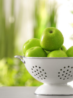 close-up-green-apples-on-table